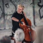 Jacob Shaw spiller på cello